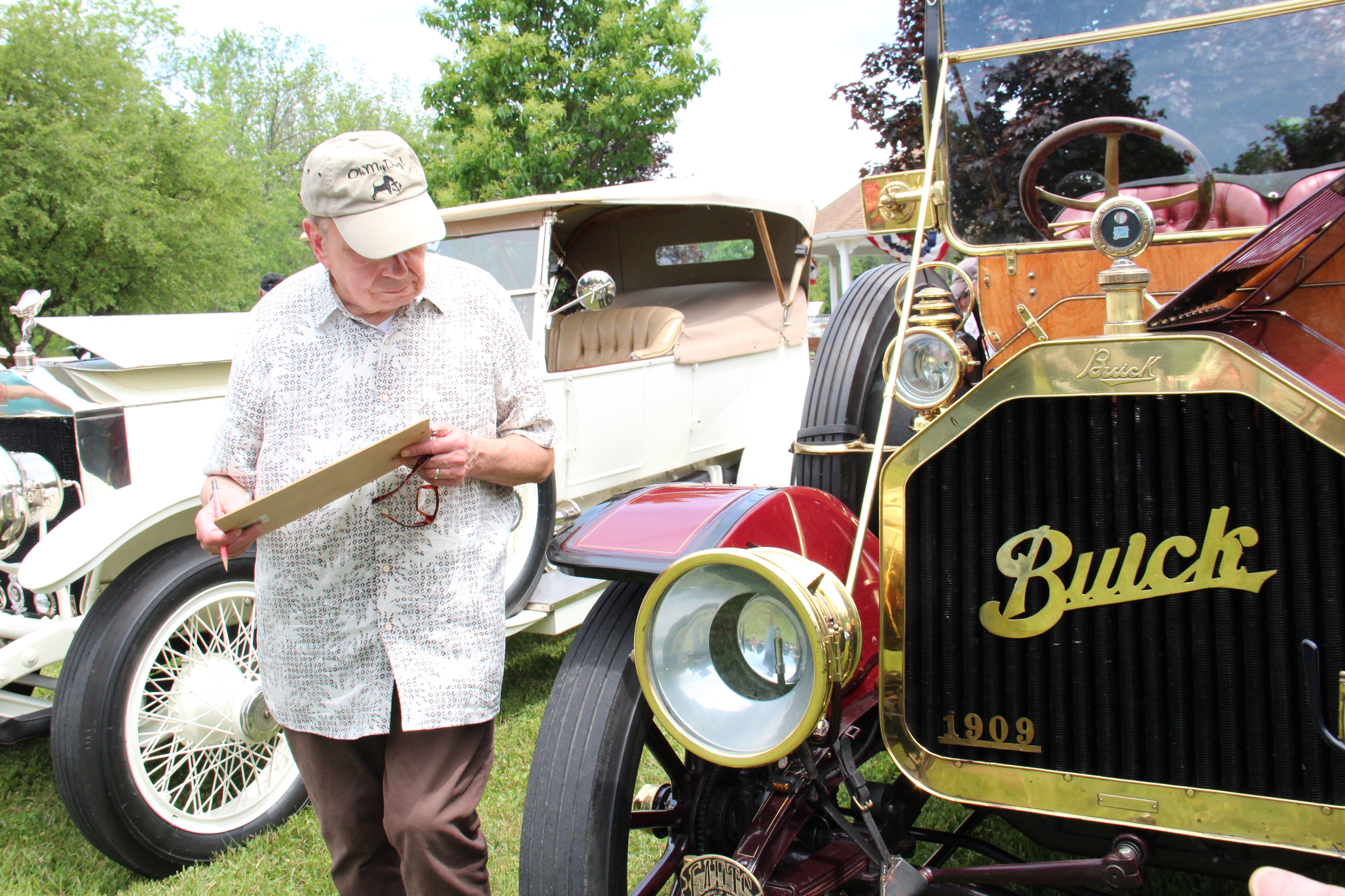 IMG_0565-Dennis-Powers-judges-the-1909-Buick